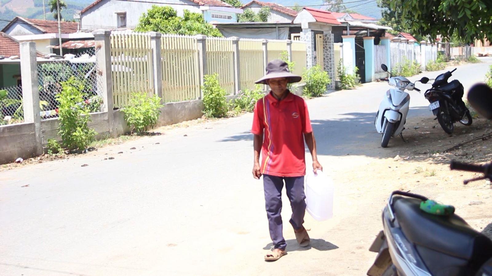 Nhiều hộ dân ở Nghĩa Thắng thiếu nước sinh hoạt