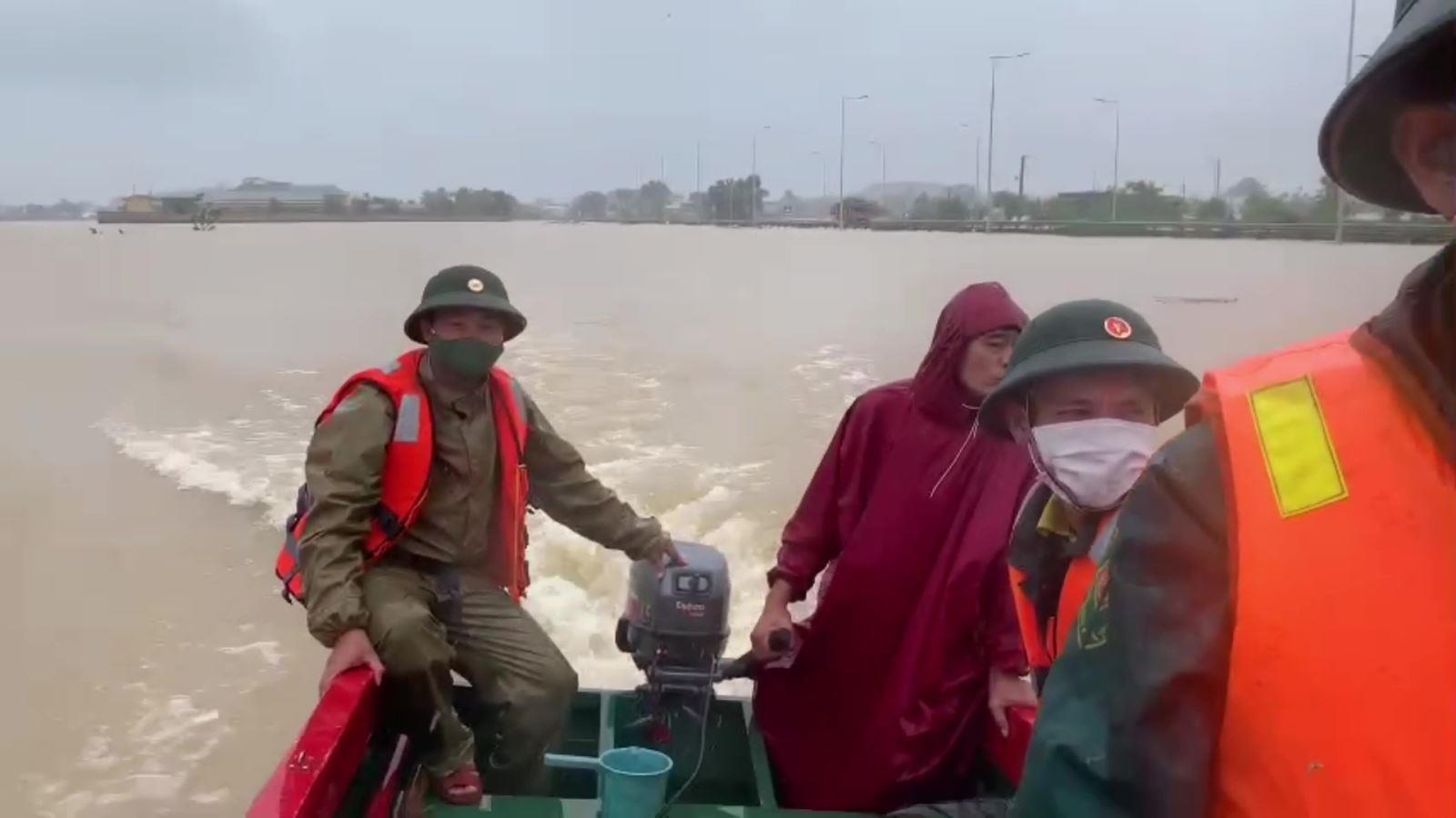 Quảng Ngãi: 03 ngư dân bị nước lũ cuốn ra biển mất tích